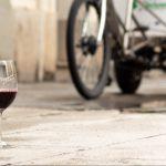 Bodegas Enguera vino en casa con bicicleta